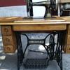 Máquina de coser Singer con mueble antiguo de ojo de pájaro