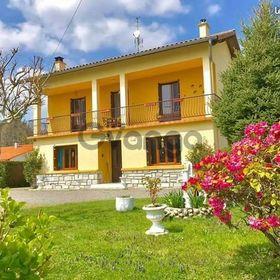 Venez découvrir cette maison atypique  avec vue superbe et  spectaculaire  sur  les  montagnes  environnantes