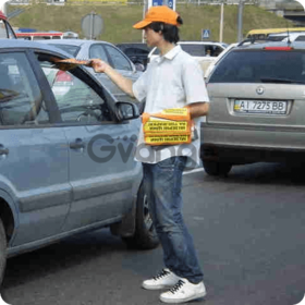 Распространение листовок в авто на перекрестках, светофорах