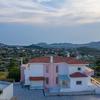 Вилла расположеная на холме с видом на залив Анависсос и оливковые фермы