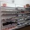 Розпродаж торгового обладнання б/у для одягу взуття та сумок